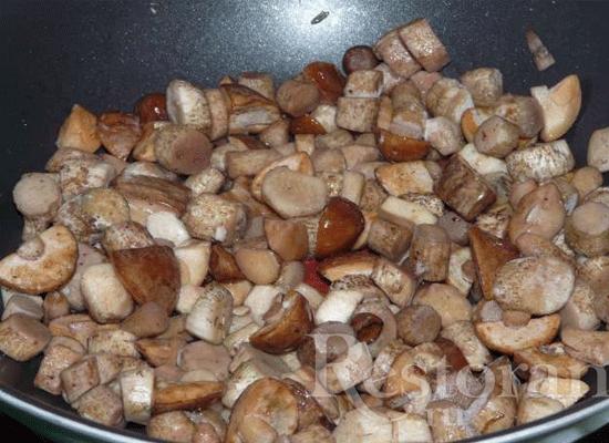 Теперь поставьте сковородку на огонь, налейте туда масла и немного обжарьте грибы.