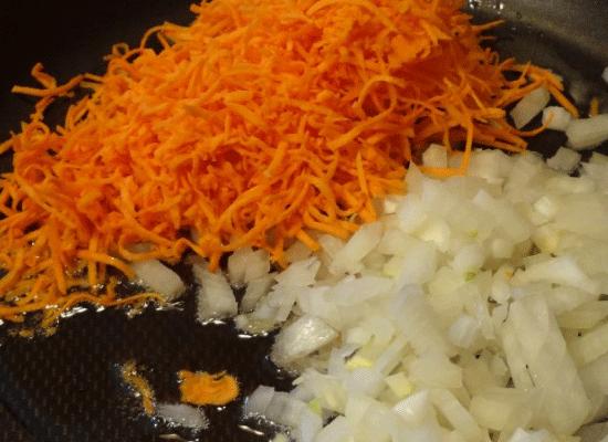 Овощи немного поджарьте, пока лук не приобретет золотистый оттенок