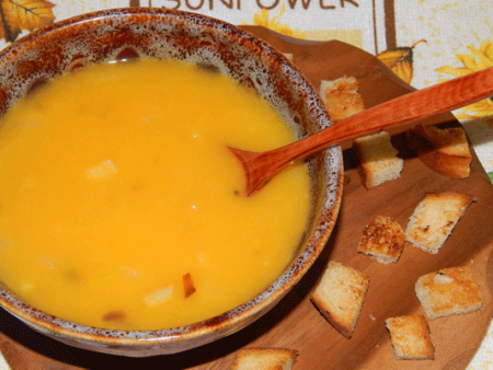 Подаем тыквенный крем-суп порционно с сухарями.