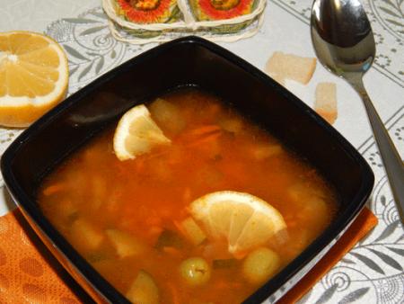 горячую постную солянку разливаем по тарелкам.