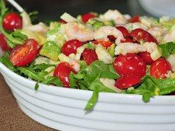 Салат с креветками и томатами черри