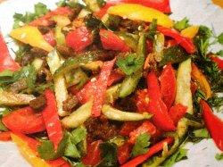 Салат с болгарским перцем и говядиной