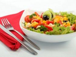 Салат с кукурузой и свежими помидорами