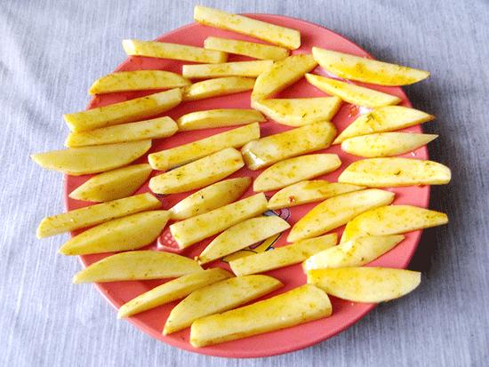 Разложите картофель на тарелке