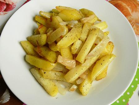 Готовый жареный картофель с луком