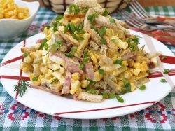 Салат с фасолью и сухариками и кукурузой