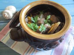 Картошка с грибами в горшочках с мясом