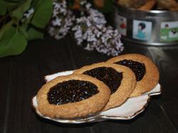 Готовое песочное печенье с вареньем
