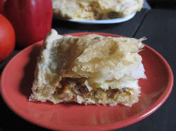Пирог с рыбными консервами из слоеного теста