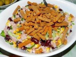 Салат с белой фасолью и кукурузой консервированной