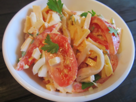 Салат с кальмарами, помидорами и сыром