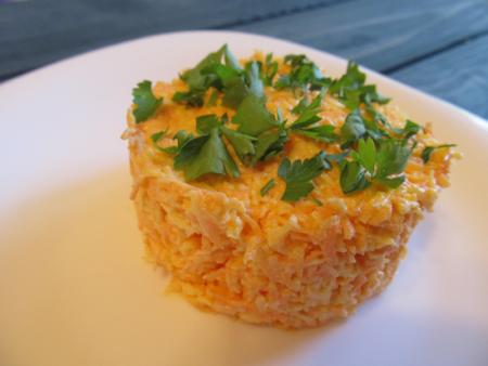 Салат из моркови с сыром и чесноком