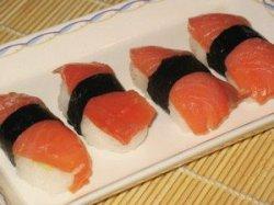 Нигири дзуси с красной рыбой
