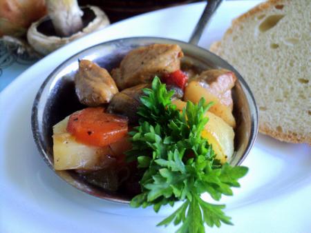 Готовое блюдо молодой картофель с грибами и мясом