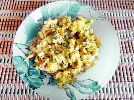 Салат с печенью трески и квашеной капустой