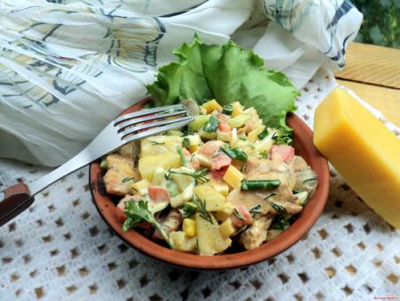 Салат с ананасом и сыром и курицей