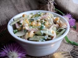 Салат из кальмаров с яйцом и кукурузой