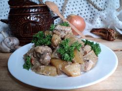 Жаркое из свинины с картошкой в горшочках